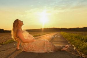 Babybauch im Sonnenuntergang