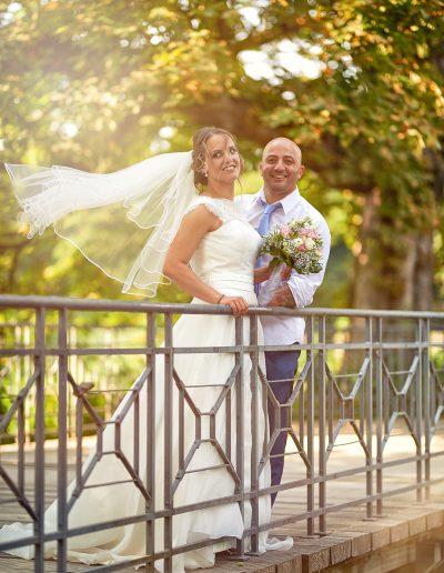 Brautpaar auf Brücke