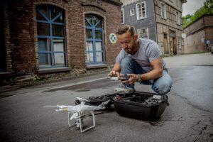 Fotograf mit Drohne